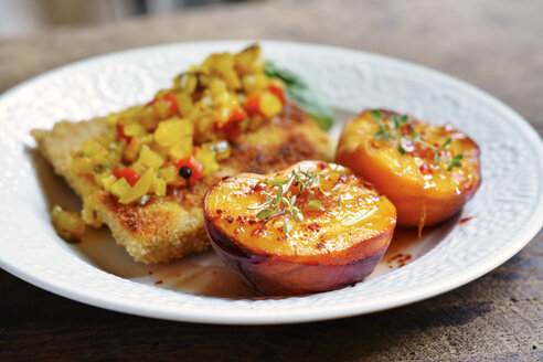 Tempeh fillets with zucchini relish and grilled sweet and spicy peaches - HAWF000686
