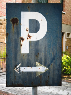 Italy, Tuscany, Pienza, Old parking sign - GSF000948