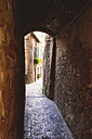 Italy, Tuscany, Pienza, Lane in historic old town - GSF000952