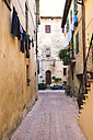 Italy, Tuscany, Pienza, Lane in historic old town - GSF000954