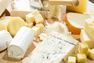 Cheese platter with different sorts of cheese - MAEF009871
