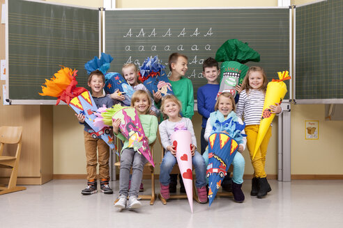 Group of happy pupils with school cones in classroom - MFRF000154