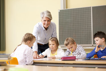 Teacher with pupils in classroom - MFRF000126