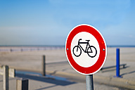 Germany, Neuharlingersiel, no bicycles sign on beach - FRF000212