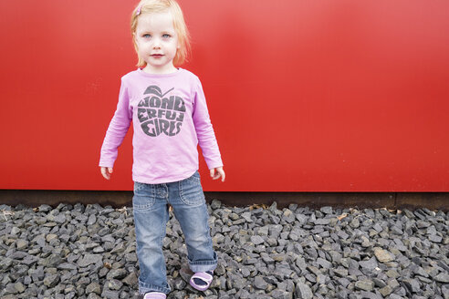 Little girl in front of a red wall - GSF000981