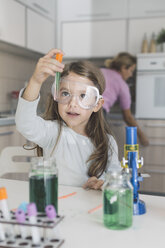 Girl playing science experiments at home - DERF000030