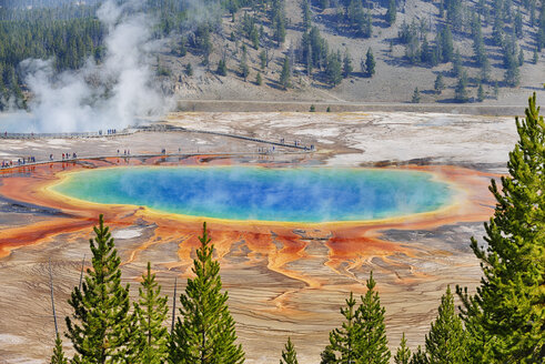 USA, Wyoming, Yellowstone National Park, Grand Prismatic Spring at Midway Geyser Basin - RUEF001548