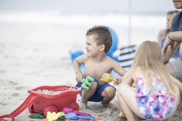 Kids on the beach playing with beach toys - ZEF004006