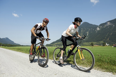 Austria, Kranzhorn, Couple mountain biking - MAOF000088