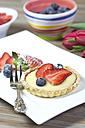 Shortcrust tart with vanilla cream, strawberries and blueberries - YFF000343
