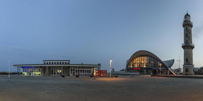 Germany, Warnemuende, restaurant Teepott and lighthouse at sunrise - MELF000045