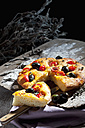 Sliced foccaccia with black olives, tomatoes and oregano - CSF024961