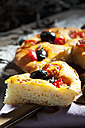 Sliced foccaccia with black olives, tomatoes and oregano - CSF024963
