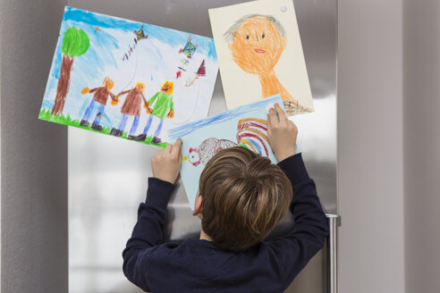 Boy fixed his drawings at fridge - JTLF000083