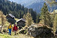 Austria, Altenmarkt-Zauchensee, young couple hiking - HHF005163