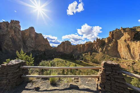 USA, Oregon, Deschutes County, Smith Rock State Park at Crooked River, Smith Rock - FOF007847