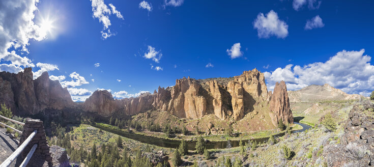 USA, Oregon, Deschutes County, Smith Rock State Park at Crooked River, Smith Rock - FOF007864