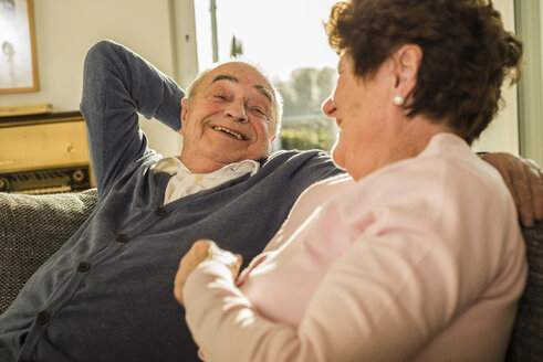 Senior couple at home - UUF003622