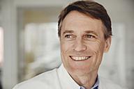 Portrait of mature man in lab coat - MFF001535