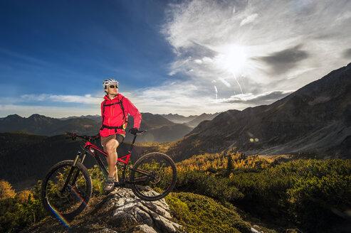 Austria, Altenmarkt-Zauchensee, young man with mountain bike at Low Tauern - HHF005279