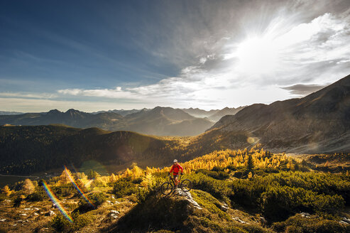 Austria, Altenmarkt-Zauchensee, young man with mountain bike at Low Tauern - HHF005296