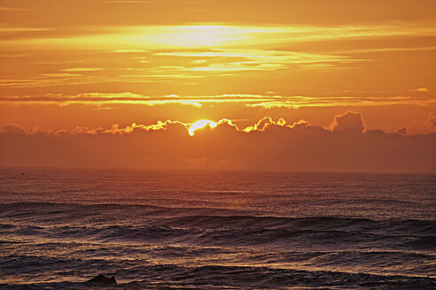 Portugal, Algarve, sunset above the Atlantic Ocean - MRF001561