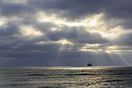 USA, Washington State, Olympic Peninsula, Olympic National Park, Pacific Ocean, Sunbeams at Rubby Beach - FOF007899