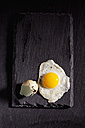 Fried quail egg and eggshell on slate - CSF025002