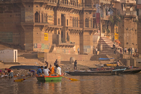 India, Uttar Pradesh, Varanasi, Ghats, boats and Ganges river - PC000099