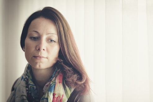 Portrait of thoughtful brunette woman - FRF000223