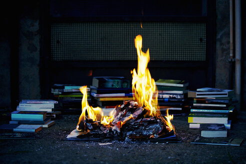 Stack of books, fire, burning books - LS000005