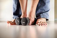 Woman's hands lifting dumbells - CSTF000896