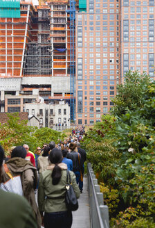 USA, New York, Manhattan, High Line Park, people walking over the footbridge - PS000675