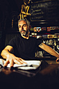 Man working in an Irish pub - MBEF001388