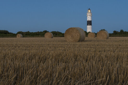 Germany, Schleswig-Holstein, Sylt, Light house Kampen, stubble field with hey bales - KEBF000108