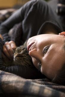 Woman cuddling with cat - MIDF000244