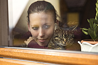 Woman and cat at the window - MIDF000247