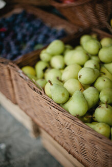 Italy, close-up of fresh pears for sale in wicker basket - LSF000049