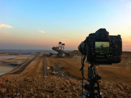 Germany, Foto camera capturing lignite mining excavator at Garzweiler - FR000231