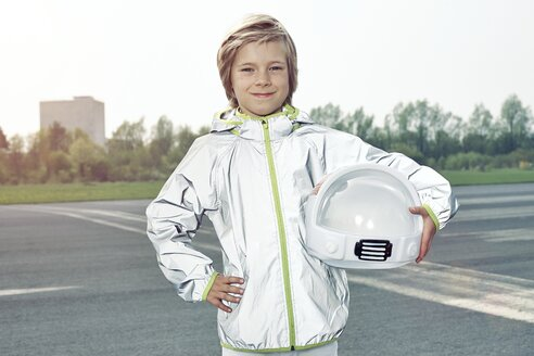 Confident boy dressed up as spaceman - EDF000150