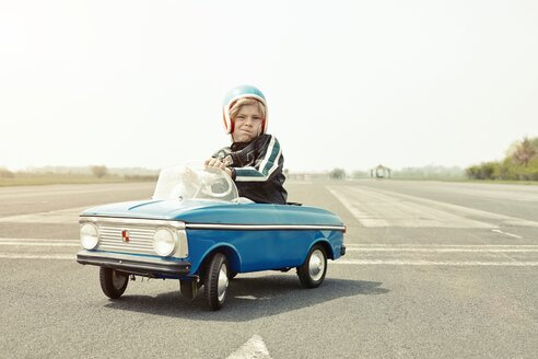 Boy in pedal car on race track - EDF000178