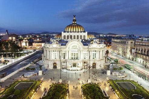 Mexico, Mexico City, view to Palacio de Bellas Artes at blue hour - FPF000051