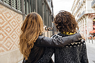 Spain, Barcelona, two young women taking a selfie on the street with smartphone - GEMF000174
