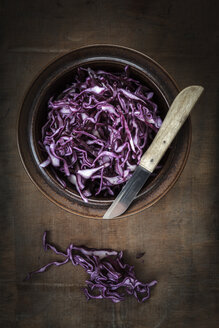 Bowl of grated red cabbage and kitchen knife - EVGF001553