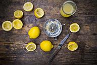 Freshly squeezed lemon juice, lemon squeezer - LVF003182