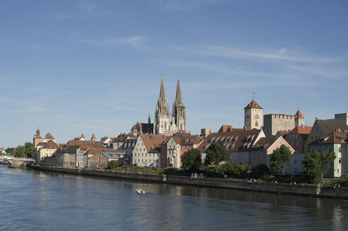 Germany, Bavaria, Regensburg, View of old town with cathedral and Danube - CRF002672