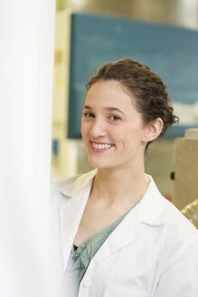 Portrait of smiling lab technician - DISF001582