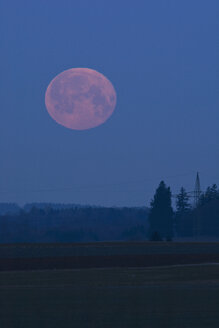 Germany, Bavaria, full moonset in the morning - UMF000767