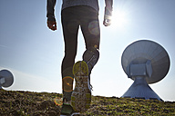 Germany, Raisting, back view of young jogger at ground station - KDF000709