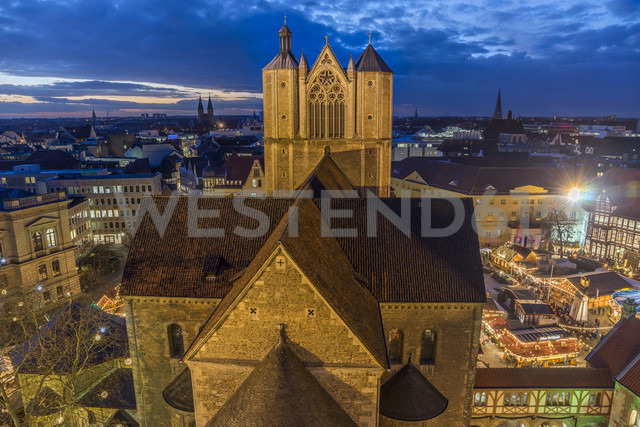 Germany, Lower Saxony, Brunswick, Brunswick Cathedral and Christmas market in the evening - PVCF000395 - Patrice von Collani/Westend61